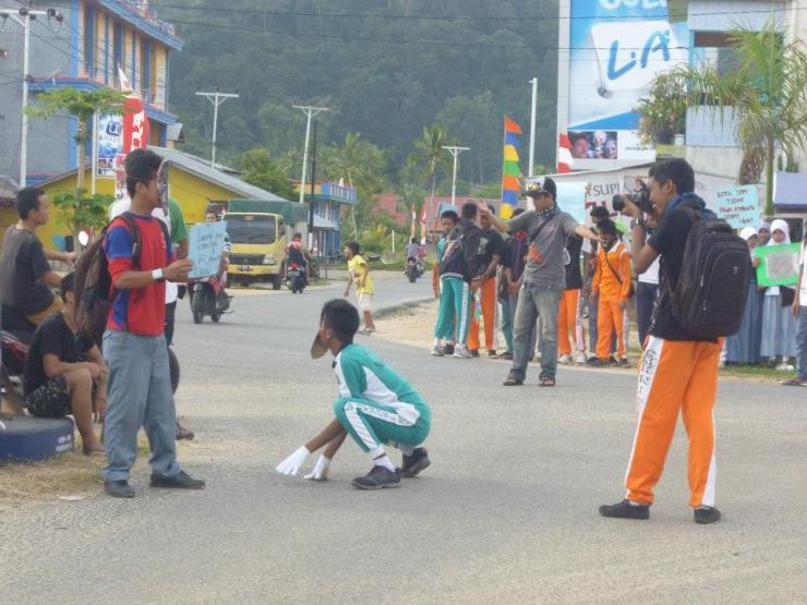aksi tratrikal oleh RebonK bersama Sispala Land, SMK 1 Sukadana KKU dalam rangka hari orangutan sedunia 2014