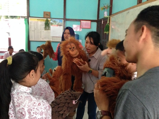 Puppet Show bertutur tentang orangutan dan habitatnya di SDN 10 Nipah Kuning, Simpang Hilir, KKU beberapa waktu lalu. Foto dok. Yayasan Palung
