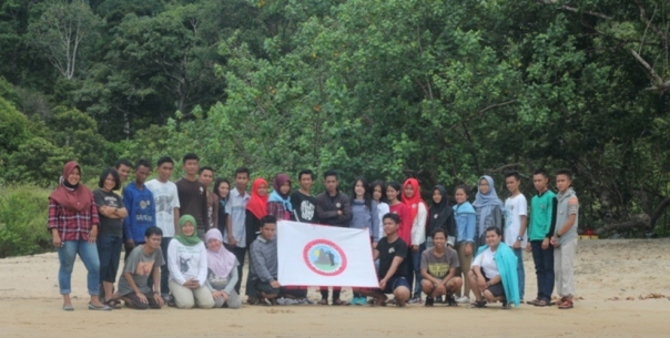 Relawan Tajam berfoto bersama setelah selesai kegiatan pelantikan. Foto dok. Yayasan Palung