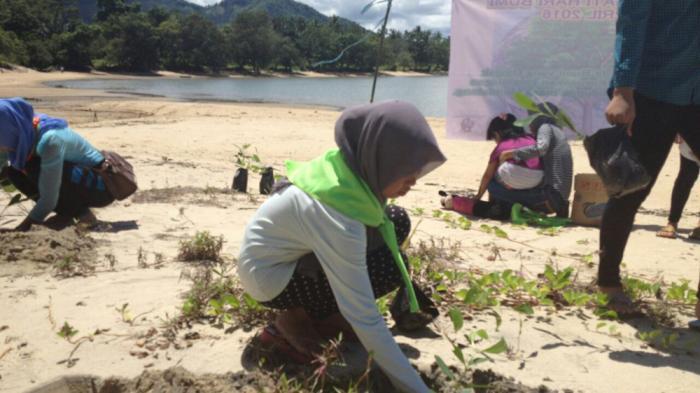 Relawan Tajam dan REBONK Yayasan Palung menanam-bibit-pohon saat Hari Bumi