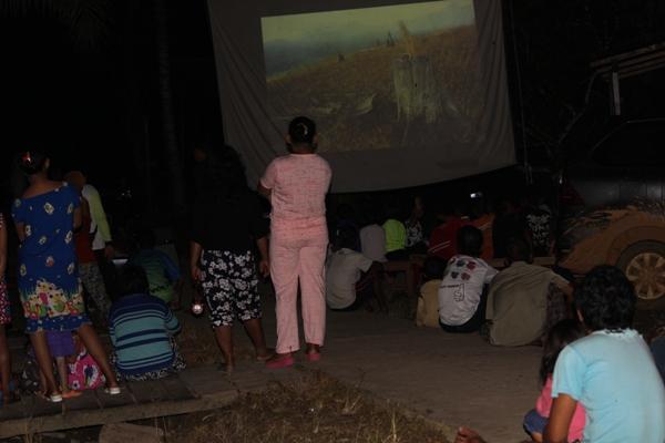 Saat masyarakat di Dusun Pangkalan Jihing menyaksikan film lingkungan. Foto dok. Yayasan Palung