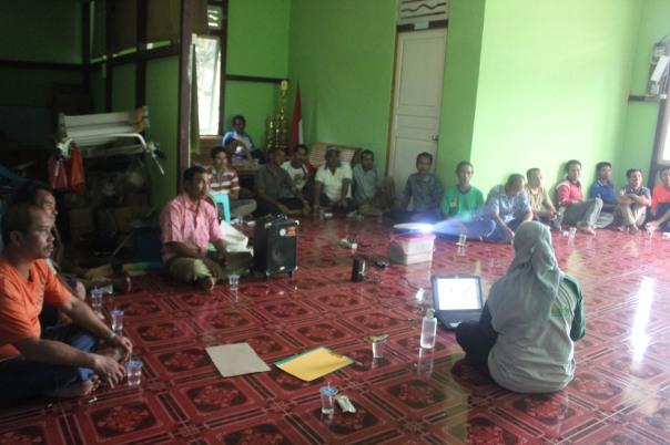 Saat diskusi dengan masyarakat di Desa Teluk Mutiara/Kenyauk. Foto dok. Ranti/YP