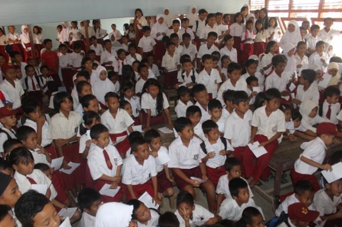 Murid-murid SDN 1 sangat antusias mengikut puppet show. Foto dok. YP