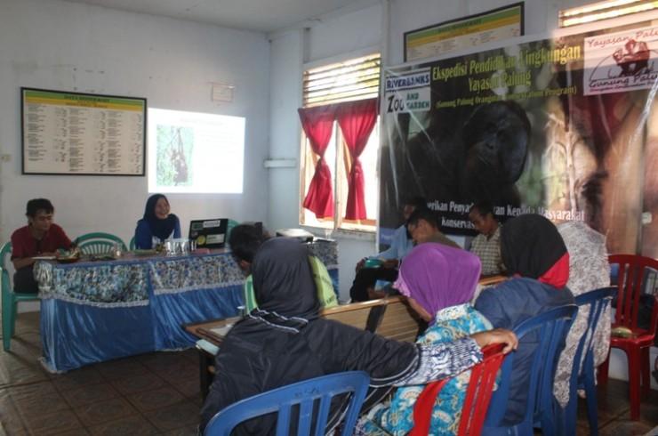 Saat diskusi masyarakat tentang orangutan dan ancamannya di desa  Riam Bunut, Sungai Laur
