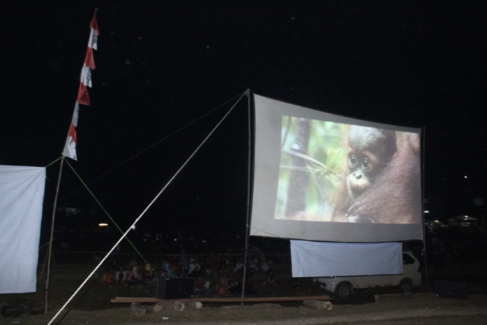 Saat pemutaran film di Desa Riam Bunut, Sungai Laur