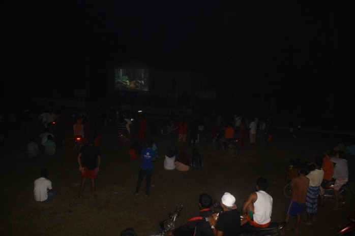 Saat pemutaran film di Desa Teluk Mutiara, Sungai Laur