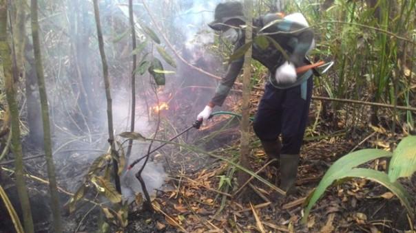 Pemadaman titik api di Pematang Gadung. Foto dok. MRA/YP