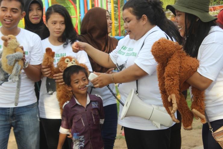 anak belajar mendongeng tentang satwa melalui boneka