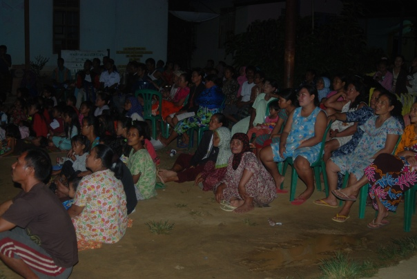 Antusias masyarakat saat menonton film lingkungan