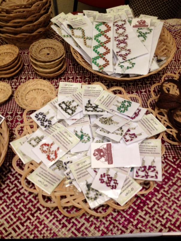 Beberapa produk hasil dari hhbk seperti lekar tikar, gelang, anting dan lekar dari lidi nipah. foto dok. Yayasan Palung_ foto 1