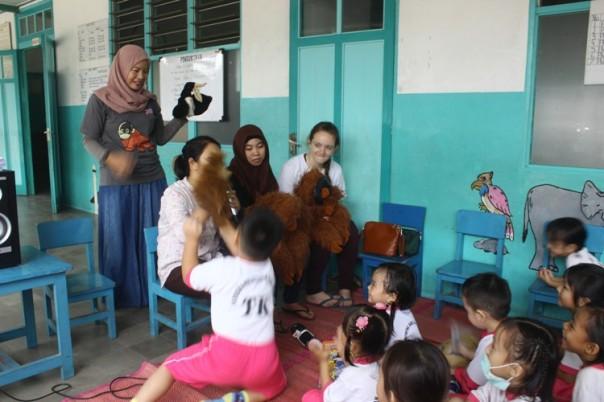 becerita tentang orangutan dengan media boneka atau puppet show di TK St Theresia Ketapang.jpg_foto 2