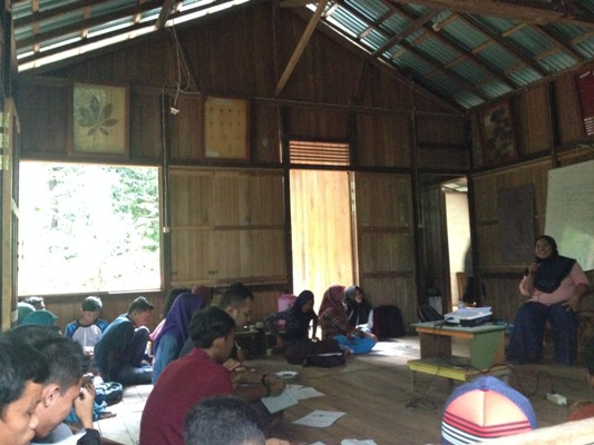 peserta-pelatihan-radio-mendengarkan-penjelasan-dari-pemateri-pelatihan-foto-dok-yayayasan-palung