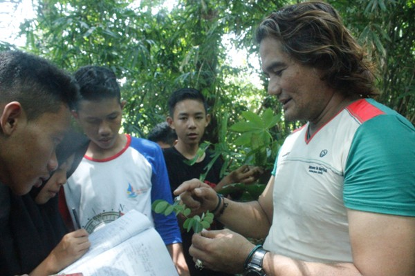 Penjelasan dari Edward Tang kepada relawan saat praktek identifikasi daun. Foto dok. Yayasan Palung.JPG