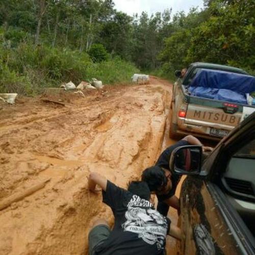 Jalan yang penuh lumpur yang kami lalui saat melakukan pelayanan Kesling di Dusun Pangkalan Jihing. Foto dok. Yayasan Palung