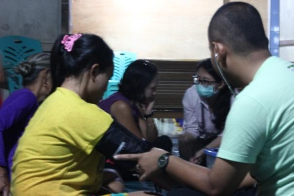 Saat teman-teman Yayasan ASRI melakukan pemeriksaan pasien yang berobat. Foto dok. Yayasan Palung