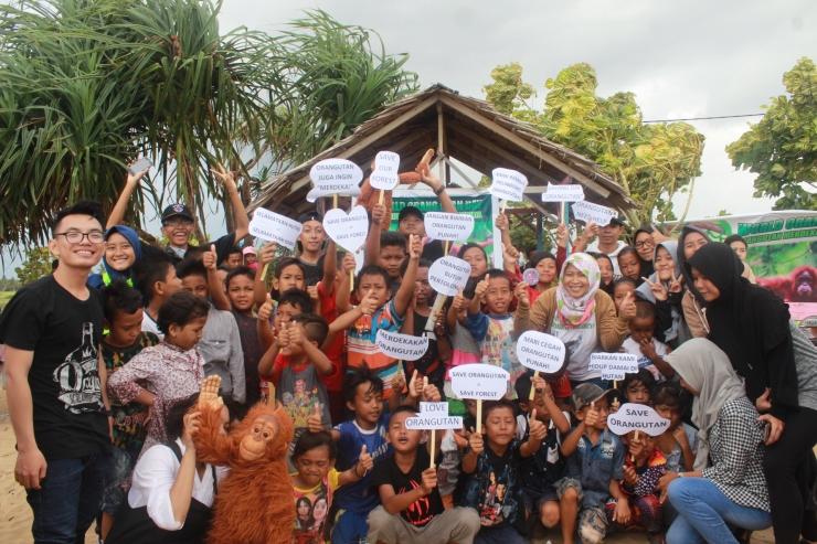Foto bersama dalam rangkaian Hari Orangutan Sedunia 2017. Foto dok. Yayasan Palung.JPG