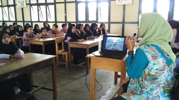 Saat Mariamah Achmad menyampaikan materi tentang Gambut. Foto dok. Yayasan Palung.jpg