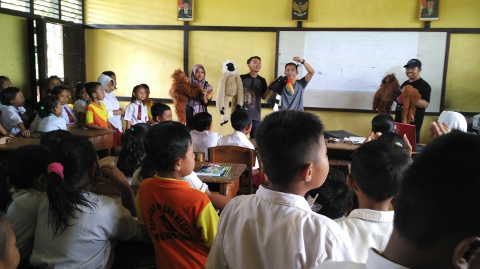 Saat memainkan puppet show dan bercerita satwa dilindungi dan habitatnya. Foto dok. Yayasan Palung.jpg
