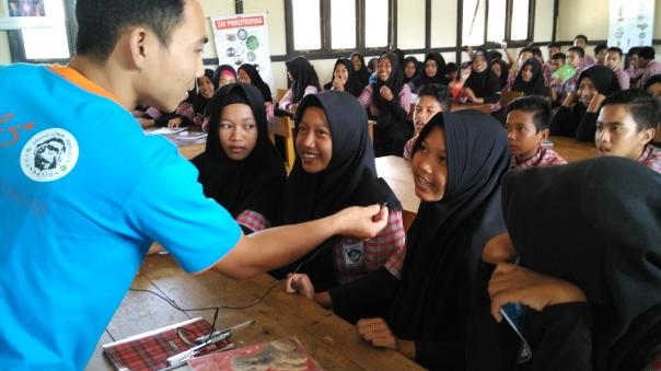 Saat tanya jawab dengan siswa-siswi yang mengikuti lecture. Foto dok. Yayasan Palung.jpg
