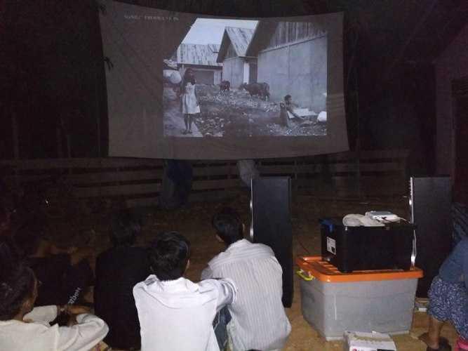 Mengajak Warga masyarakat untuk menonton film lingkungan. Foto dok. Yayasan Palung