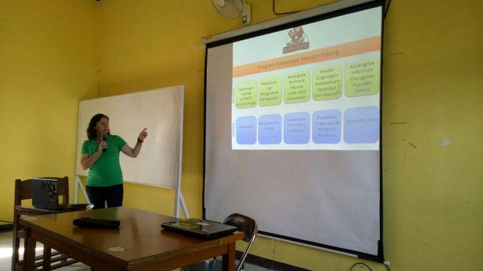 Terri Lee Breeden Saat menyampaikan presentasi tentang program konservasi. Foto dok. Yayasan Palung