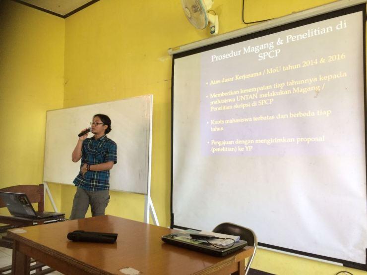Wahyu Susanto Saat menyampaikan Presentasinya tentang prosedur magang dan penelitian di SPCP. Foto dok. Yayasan Palung