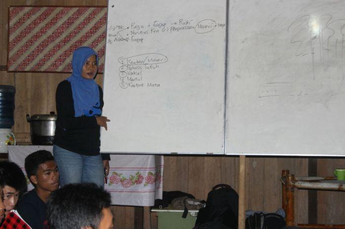 Relawan dibekali ilmu baru seperti Public Speaking sebagai bekali untuk berani tampil dan percaya diri. Foto dok. Yayasan Palung