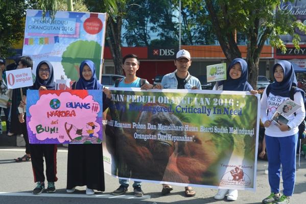 Beberapa Penerima BOCS yang terdahulu melakukan kampanye bersama dalam rangka Pekan Peduli Orangutan di Pontianak. Foto dok. Yayasan Palung