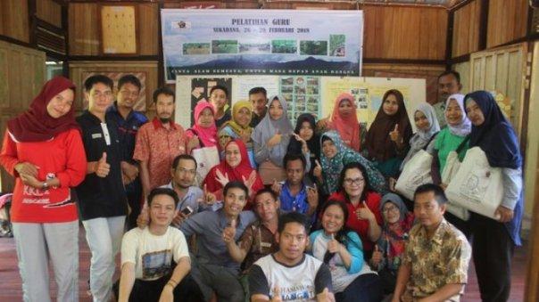 Panitia dan peserta pelatihan guru untuk berwawasan lingkungan yang dilaskanakan YP di Kabupaten Kayong Utara (KKU)