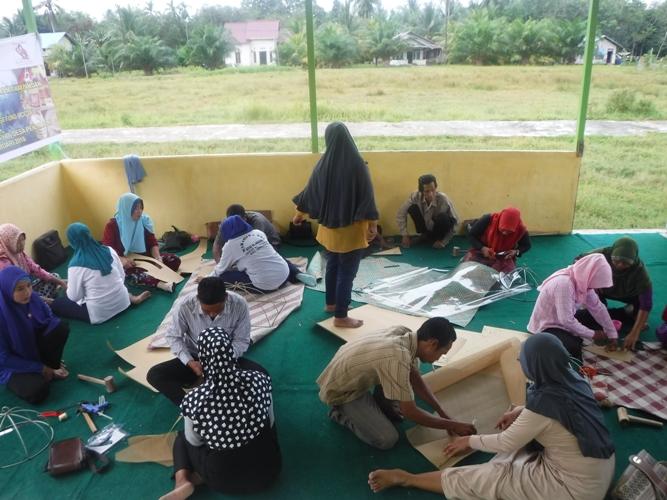 Ibu Ida mengajak peserta pelatihan untuk berkreasi pengembagan produk dan desain anyaman tikar pandan. Foto dok. Yayasan Palung