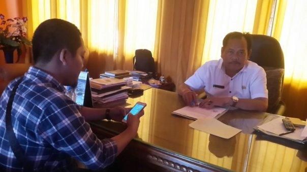 Kepala Dinas Pendidikan Ketapang, H Jahilin, di ruang kerjanya. Foto dok. Tribun Pontianak