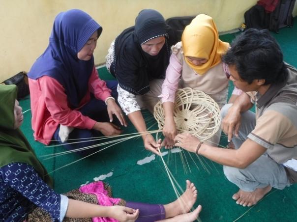 Pak Darwani saat menunjukkan cara menganyam lekar kepada ibu-ibu peserta pelatihan. Foto dok. Yayasan Palung
