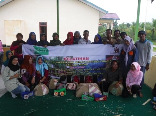 Pelatihan Pengembagan Produk dan Desain Anyaman Tikar Pandan dan Lidi Nipah. Foto dok. Yayasan Palung