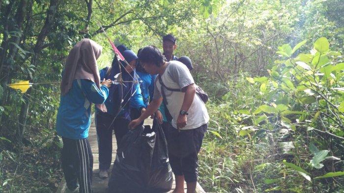 Suasana saat bersih-bersih di Hutan Kota Ketapang