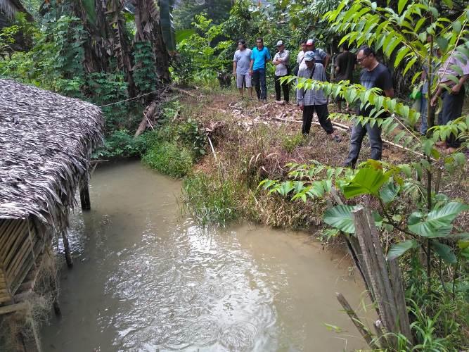 Peserta ketika melakukan praktek budidaya ikan air tawar dan air payau. Foto dok. A. Samad, YP