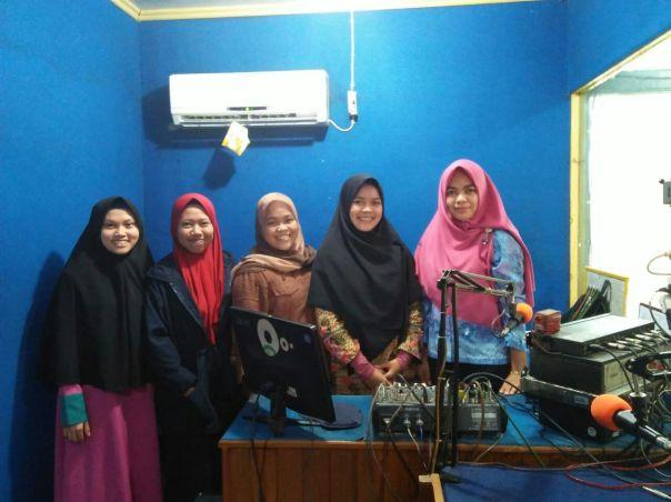 Berfoto bersama setelah kegiatan siaran radio di Radio Kabupaten Ketapang (RKK) selesai. Foto dok. BOCS