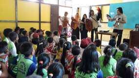 Saat memberikan materi tentang satwa dilindungi kepada anak-anak dengan media boneka. Foto dok : Yayasan Palung