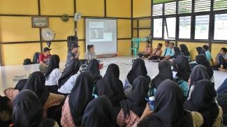 Saat Peneliti menyampaikan sosialisasi program penelitian di SMAN 1 MHU, Ketapang. Foto dok : Yayasan Palung