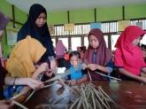 Murid SD sedang Belajar Menganyam