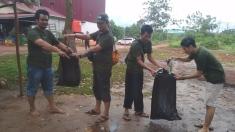 membersihkan sampah di sekitar pantai Pasir Putih Sungai Gantang